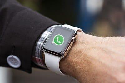 Man met whatsapp op smartwatch