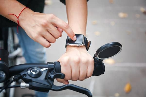 Man met fietshorloge